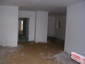 מבט מהסלון לכיוון המטבח, לפני ריצוף